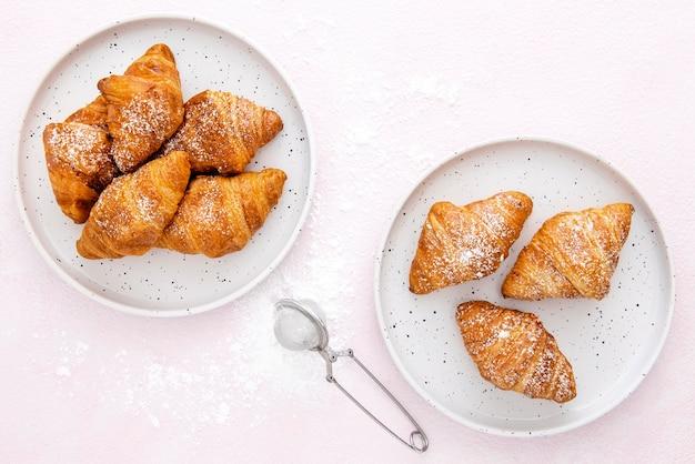 Вид сверху французские круассаны на тарелках Бесплатные Фотографии