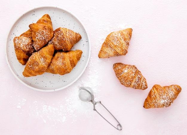 トップビュー砂糖wとフランスのクロワッサン Premium写真