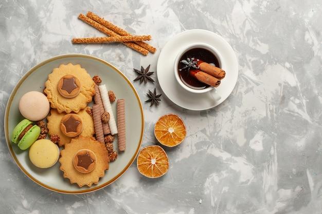 上面図白い表面にケーキとクッキーが付いたフレンチマカロンクッキービスケットシュガーベイクケーキスウィートパイ 無料写真