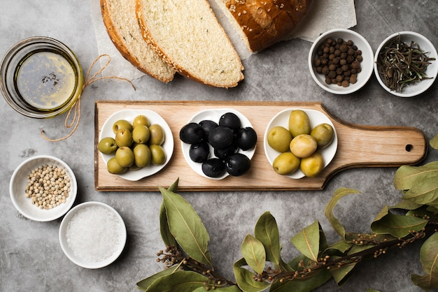 Top view fresh appetizer and bread on the table Free Photo