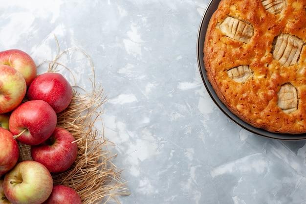 上面図新鮮なリンゴはまろやかで熟しており、白い床にアップルパイがありますフルーツまろやかなジュース熟した色 無料写真