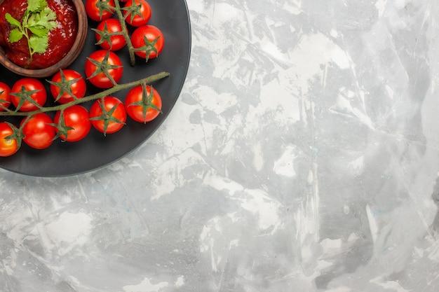 上面図白い表面のプレート内の新鮮なチェリートマト 無料写真