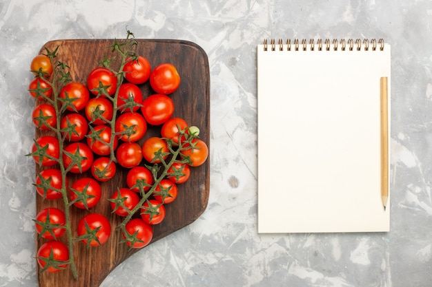 上面図新鮮なチェリートマトは白い表面に野菜全体を熟します 無料写真