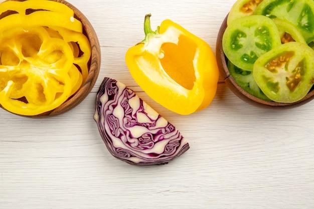 上面図カット野菜グリーントマト黄色ピーマンボウルに赤キャベツ白い木の表面に 無料写真