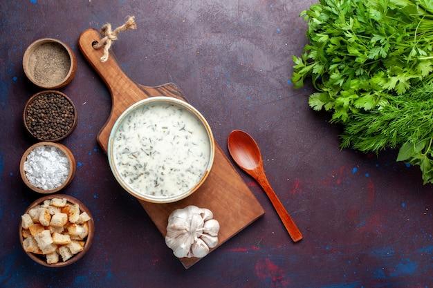 Dovga調味料とダークテーブル、緑の生鮮食品野菜のラスクラウンドボウル内のトップビューの新鮮な緑 無料写真