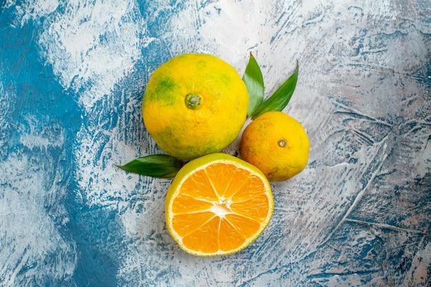 Вид сверху свежие мандарины на синей белой поверхности Бесплатные Фотографии
