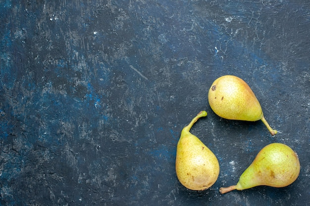 Vista dall'alto di pere fresche e morbide intere frutta matura e dolce rivestite su grigio scuro, frutta fresca e morbida salute Foto Gratuite