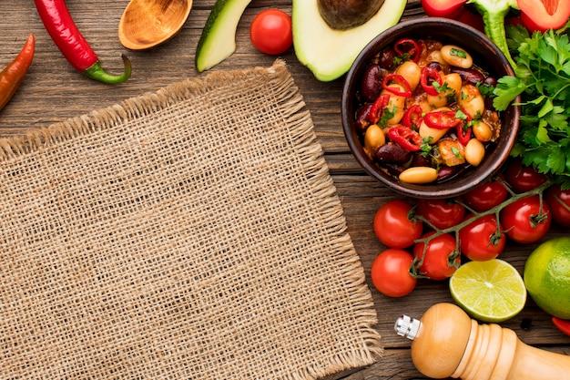 Вид сверху свежей мексиканской кухни на столе Premium Фотографии