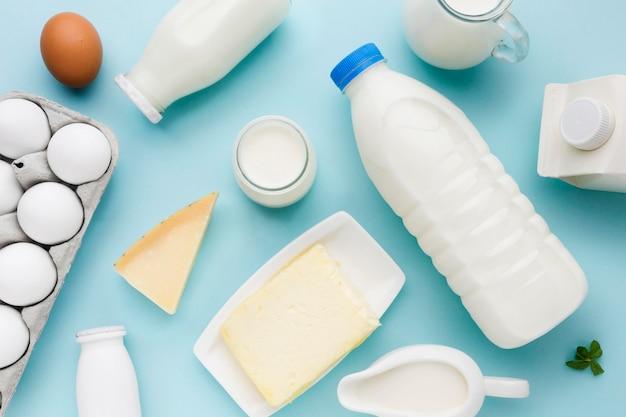 Вид сверху свежее молоко с органическими яйцами на столе Premium Фотографии