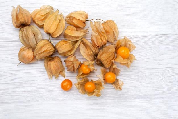 白い背景の上の新鮮なオレンジのホオズキの平面図フルーツオレンジ食品写真構成 無料写真
