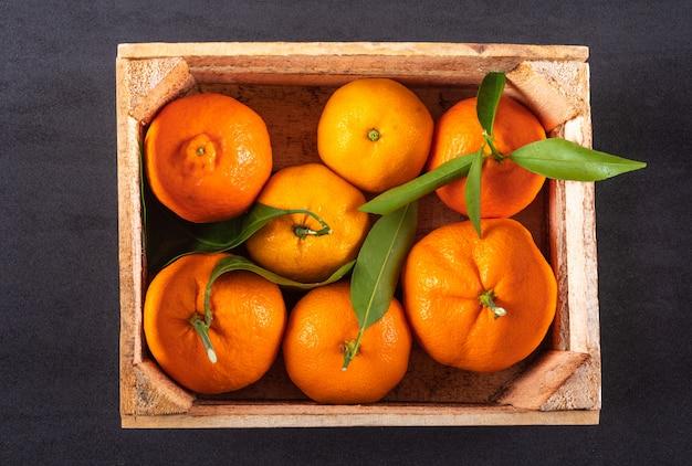 Вид сверху свежих апельсинов в деревянной коробке Бесплатные Фотографии