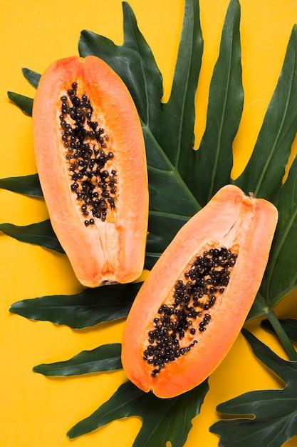 Vista dall'alto di papaya fresca pronta per essere servita Foto Gratuite