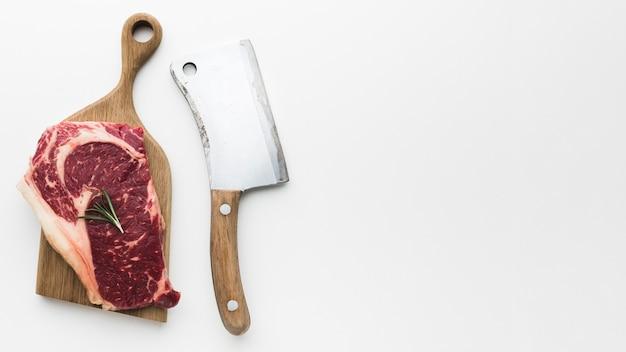 Вид сверху свежий стейк из свинины с копией пространства Premium Фотографии