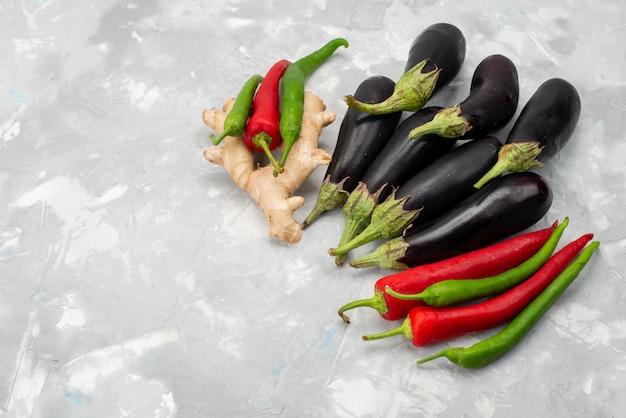 Вид сверху свежие сырые овощи перец и баклажаны на светлом фоне овощное свежее дерево еда еда Бесплатные Фотографии