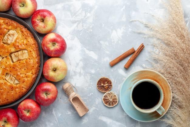 上面図白い背景の上のアップルパイとお茶と円を形成する新鮮な赤いリンゴフルーツ新鮮なまろやかな熟したビタミン 無料写真