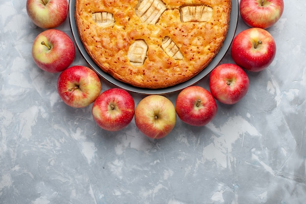 平面図新鮮な赤いリンゴがライトデスクでアップルパイと円を描くフルーツ新鮮でまろやかな熟したビタミン 無料写真