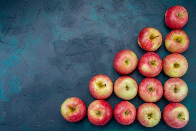 Вид сверху свежие красные яблоки, сочные и мягкие, выложенные на темно-синем фоне, фрукты, свежие спелые спелые витамины Бесплатные Фотографии