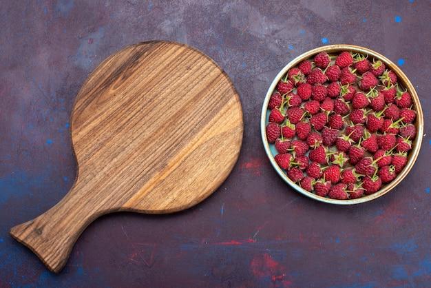 上面図新鮮な赤いラズベリー紺色の背景に熟したベリーベリーフルーツまろやかな夏の食べ物ビタミン 無料写真