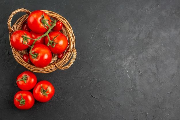 Вид сверху свежие красные помидоры внутри корзины Бесплатные Фотографии