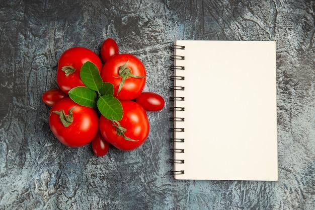 Вид сверху свежие красные помидоры с блокнотом Бесплатные Фотографии