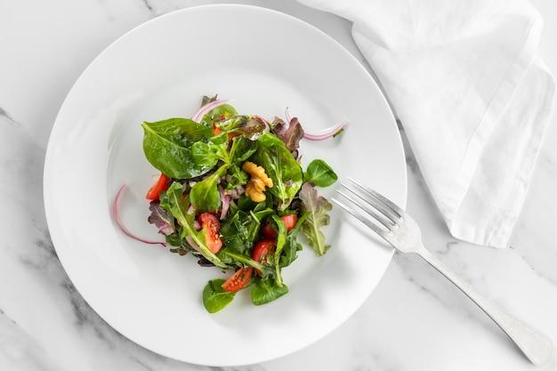 Вид сверху свежий салат на белой тарелке Бесплатные Фотографии