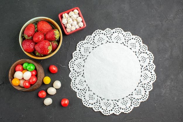 キャンディーと新鮮なイチゴの上面図 無料写真