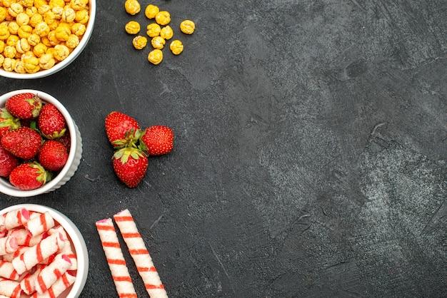 Вид сверху свежей клубники с конфетами Бесплатные Фотографии