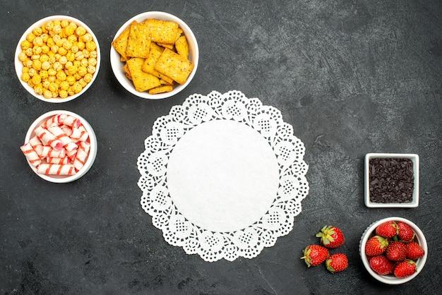 さまざまなスナックと新鮮なイチゴの上面図 無料写真