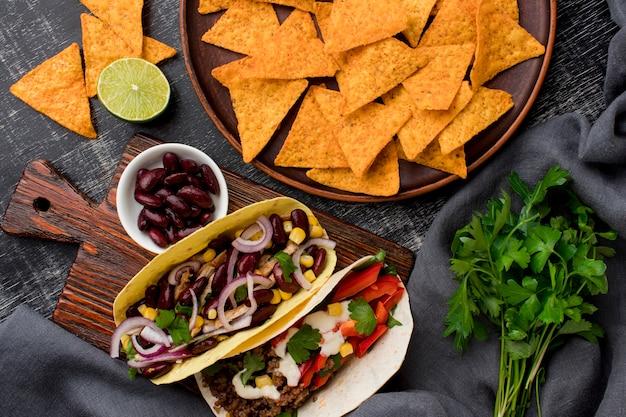 トップビューの肉と野菜の新鮮なタコス 無料写真