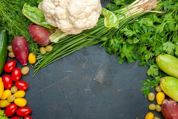 Вид сверху свежие овощи помидоры черри cumcuat цветная капуста петрушка кабачки укроп свободное пространство Бесплатные Фотографии