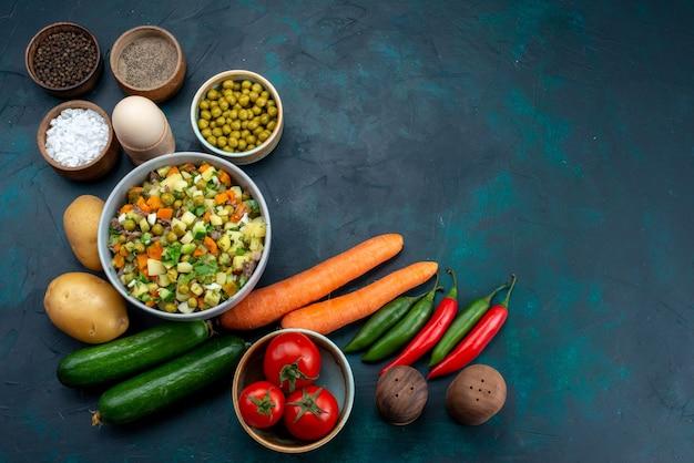 Vista dall'alto di verdure fresche con verdure e insalata sullo scrittorio blu pranzo insalata spuntino verdura cibo Foto Gratuite