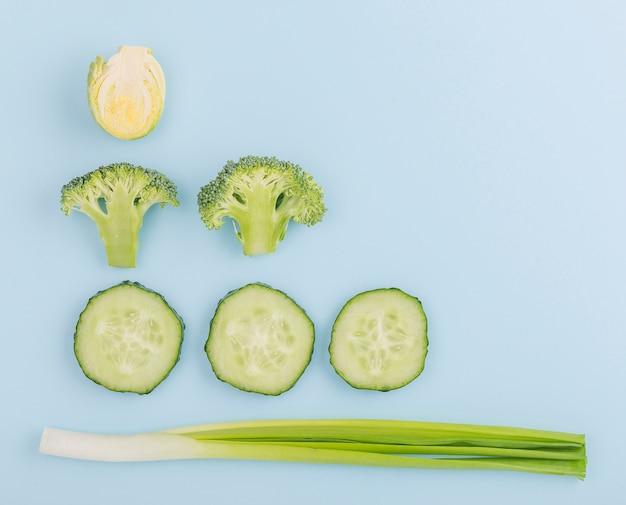 コピースペースを持つ新鮮なカット野菜のトップビュー 無料写真