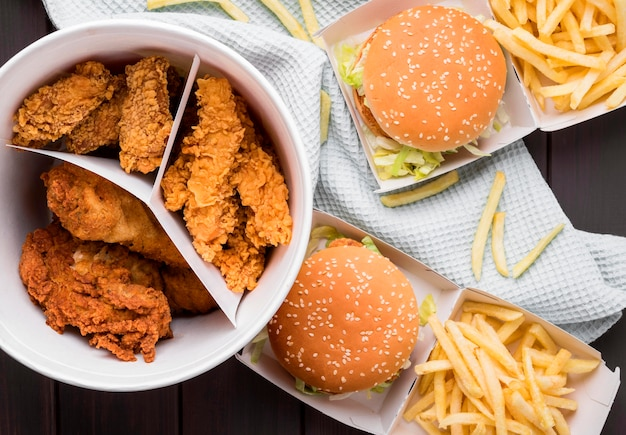 Вид сверху жареное куриное ведро и гамбургеры Premium Фотографии