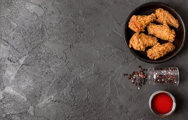 고추, 소스 및 복사 공간 상위 뷰 프라이드 치킨 무료 사진