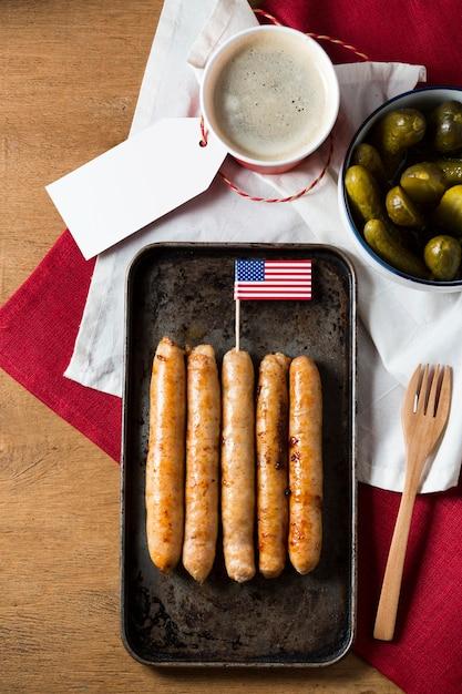 トップビューアメリカの国旗が付いている皿のフライソーセージ 無料写真