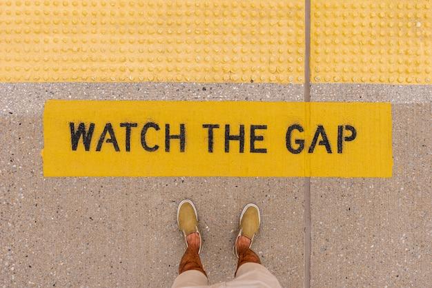 Top view gap warning sign Free Photo