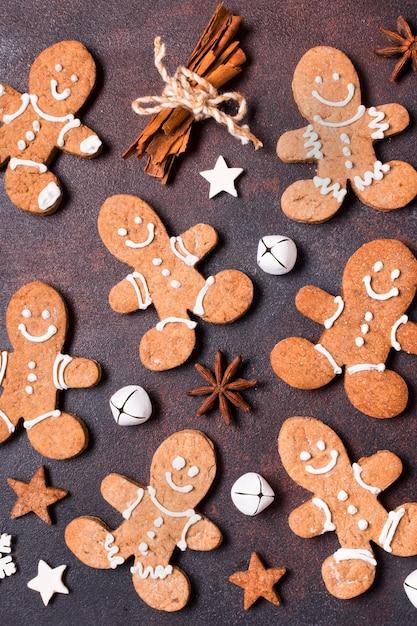 Vista dall'alto di biscotti di panpepato con bastoncini di cannella per natale Foto Gratuite