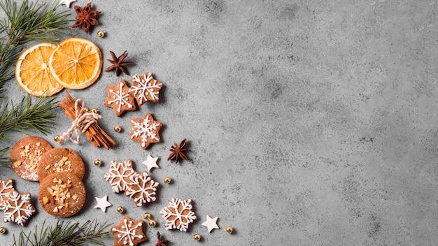 Vista dall'alto di biscotti di panpepato con agrumi e copia spazio Foto Gratuite