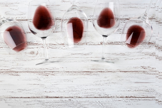 Top view glasses laying on table with red wine Free Photo