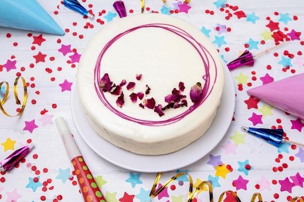Глазированный торт сверху на столе Бесплатные Фотографии