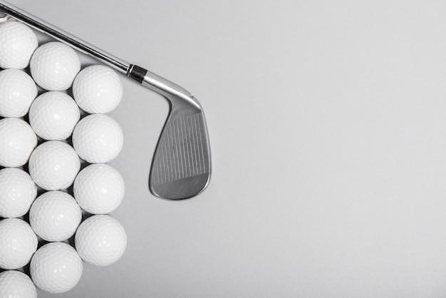 클럽 및 복사 공간 평면도 골프 공 프리미엄 사진