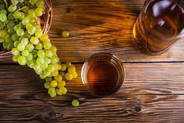 Top view grape juice and fruit on table Free Photo