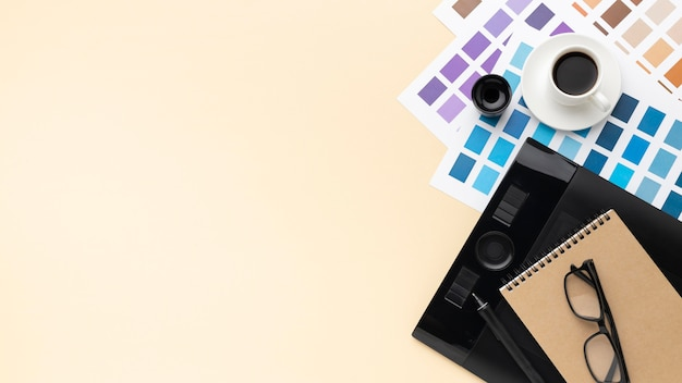 Вид сверху на ассортимент элементов графического дизайнера с копией пространства Premium Фотографии