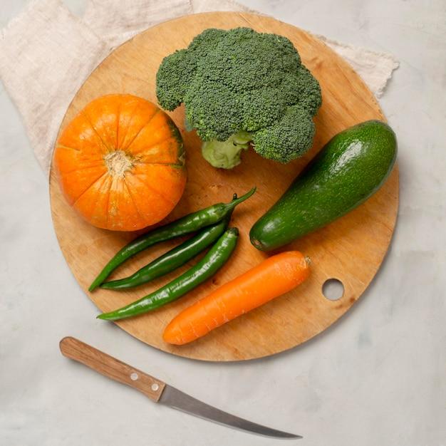 Вид сверху зеленые и оранжевые овощи Бесплатные Фотографии