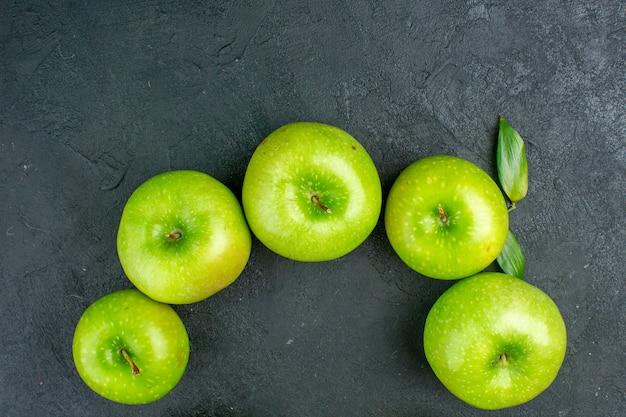 暗い表面のコピースペースの上面図青リンゴ 無料写真