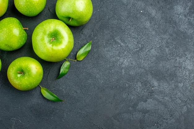 暗い表面の空き領域に青リンゴの上面図 無料写真