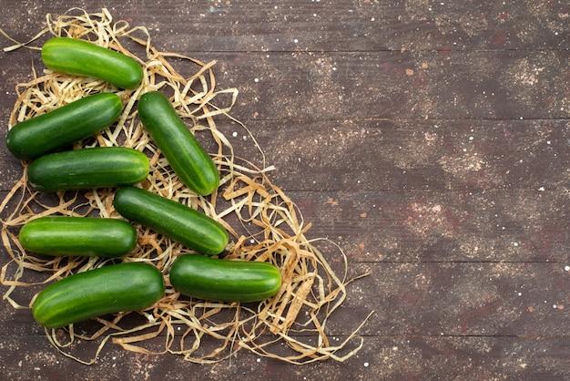 Cetrioli verdi di vista superiore freschi e maturi su marrone Foto Gratuite