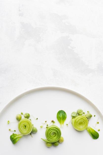 Вид сверху зеленое украшение для еды с копией пространства Premium Фотографии