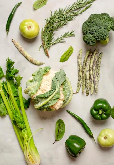 Композиция из зеленых овощей, вид сверху Premium Фотографии