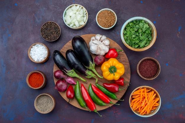 ダークデスクにスライスした玉ねぎと新鮮な野菜を添えたトップビューグリーンと調味料サラダフードミール野菜スナック 無料写真